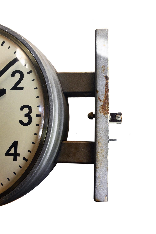 47729-faraday-round-double-sided-clock-23.jpg
