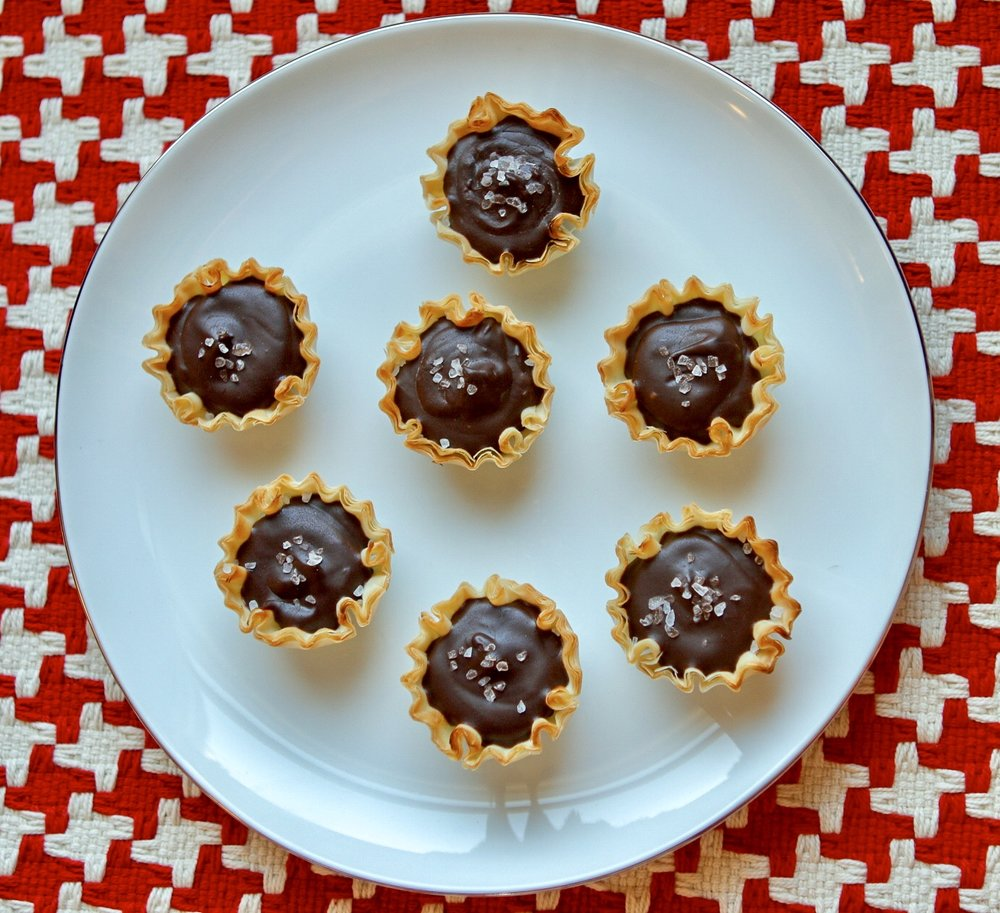 Dark Chocolate Sea Salt Mini Tartlets: an easy 5 minute treat that's perfect for Valentine's Day or parties too!