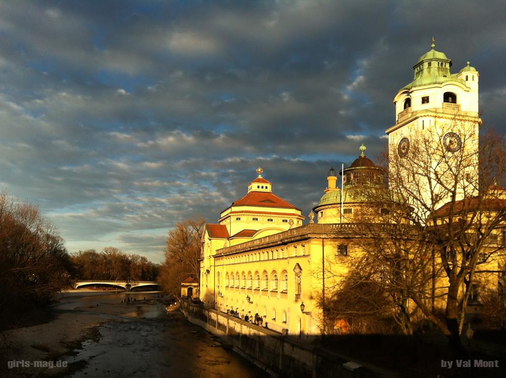 Das Müllersche Volksbad in München. 5 Gehminuten von mir entfernt, eine tolle Location, die sich nie verbraucht. Alle 10 Minuten eine andere Lichtstimmung. Ein Traum für einen Available Light Fotografen. (Kamera: iPhone 4)