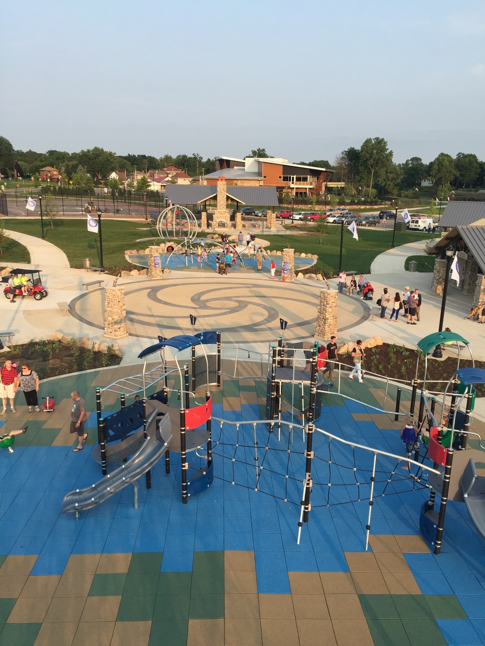 Overview of playgrounds and water fountain