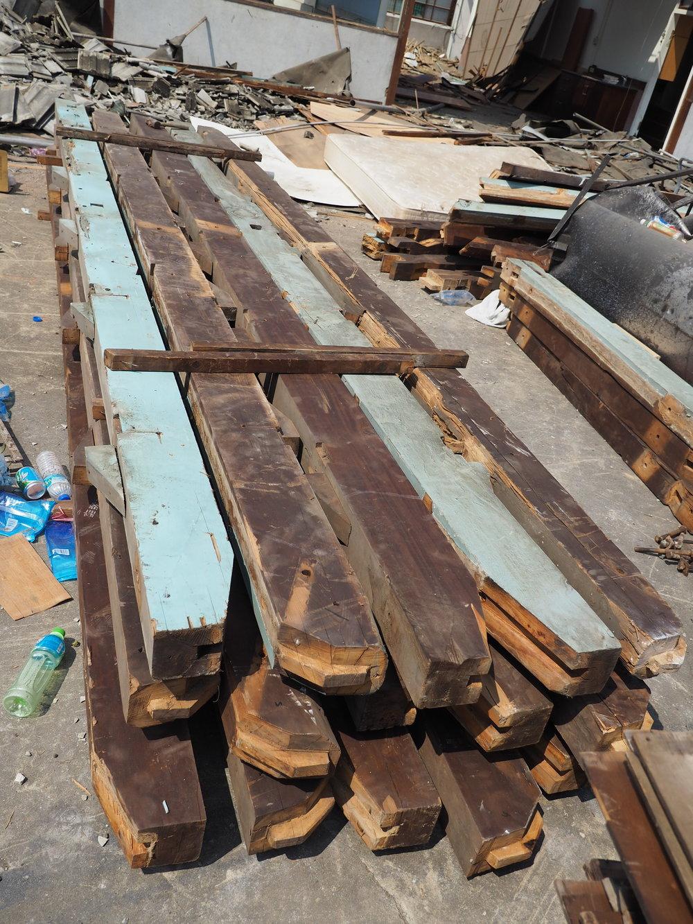 此木造建築大部分由卡榫連接成型,每一根木柱木樑,都有依循一定的尺寸、方向與工序,建立起結構系統 ; 為了保存,師傅與工班經過幾次的場堪與討論,逐漸定義出拆解的方式,也幾乎是將蓋起建築的順序重新倒帶一次。  不同於一般破壞性的拆除,W2投入時間、設備與人力,讓這些被遺忘的材料、建築形式與技術,重新再被認識與尊重。