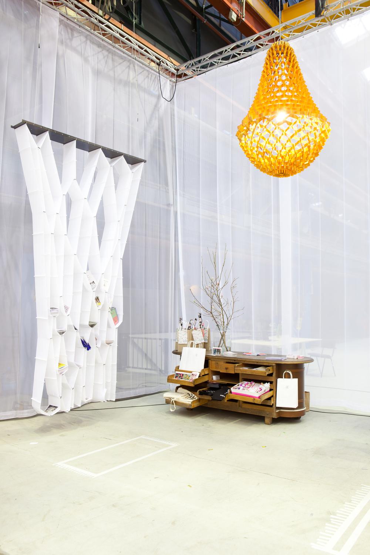 De kroonluchter XXL van StudioJSPR schittert boven een antiek wandmeubel van &klevering. De scheidingswand/boekenkast heet Elast-ic is van Elise Oussoren.