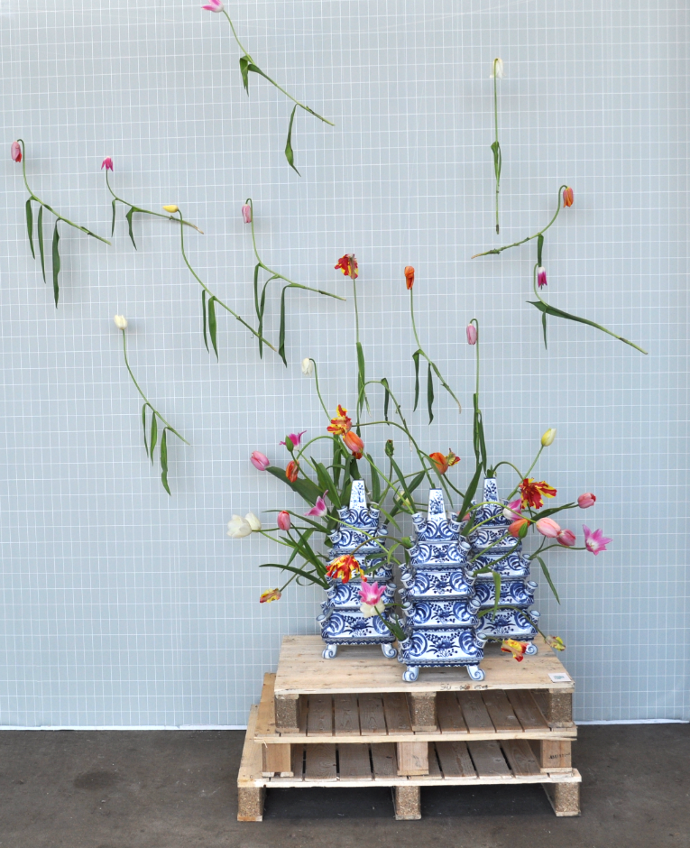 "Weer zo'n mooi werk van Vlinder & Vogel. Deze keer met de tulpenvaas die &Klevering voor het Rijksmuseum ontwierp en het behang ""grid"" van Ferm living."