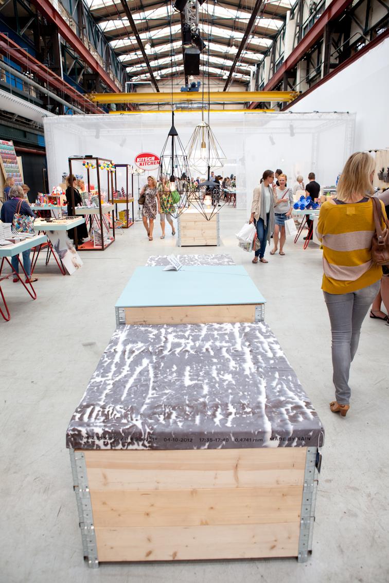 """Aliki van der Kruijs maakte de stoffencollecte Made by Rain. Textiel wordt bedrukt met """"hydrografie"""" fotografie met water in plaats van licht. Wij gebruikten haar stoffen voor een zitmeubel."""