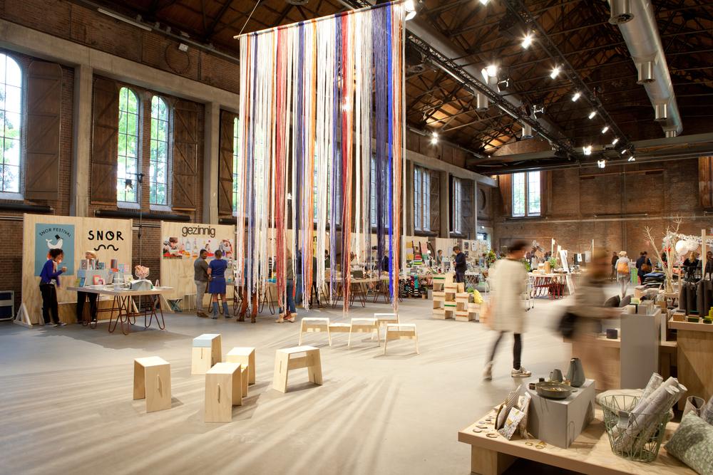 Textieldesigner Mae Engelgeermaakte de mobiel Wood & Wool. Erbij de meubels vanEENVIER,simpel, minimalistisch en super gedetailleerd.