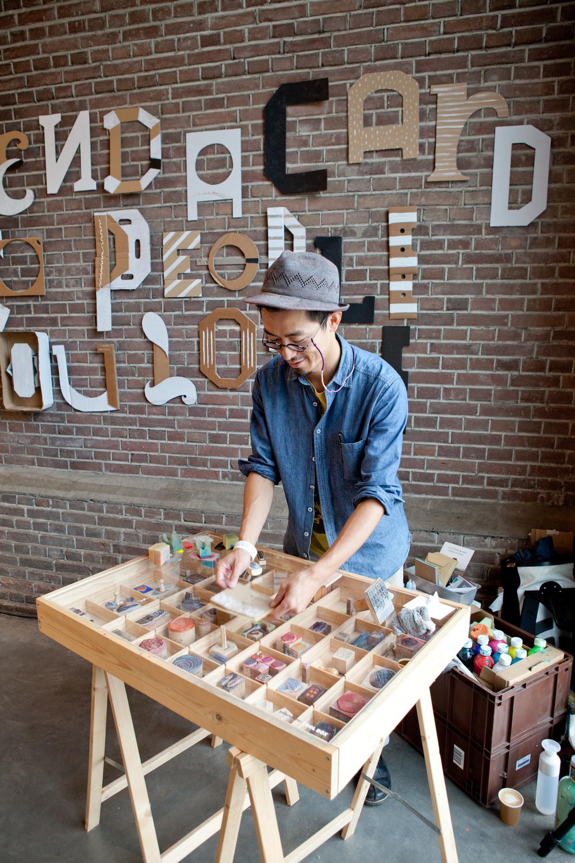 Masaaki Oyamada was op showUP met zijn Stamp Workshop. Hij maakte 100 kaarten, geïnspireerd door ... verhalen van bezoiekers!