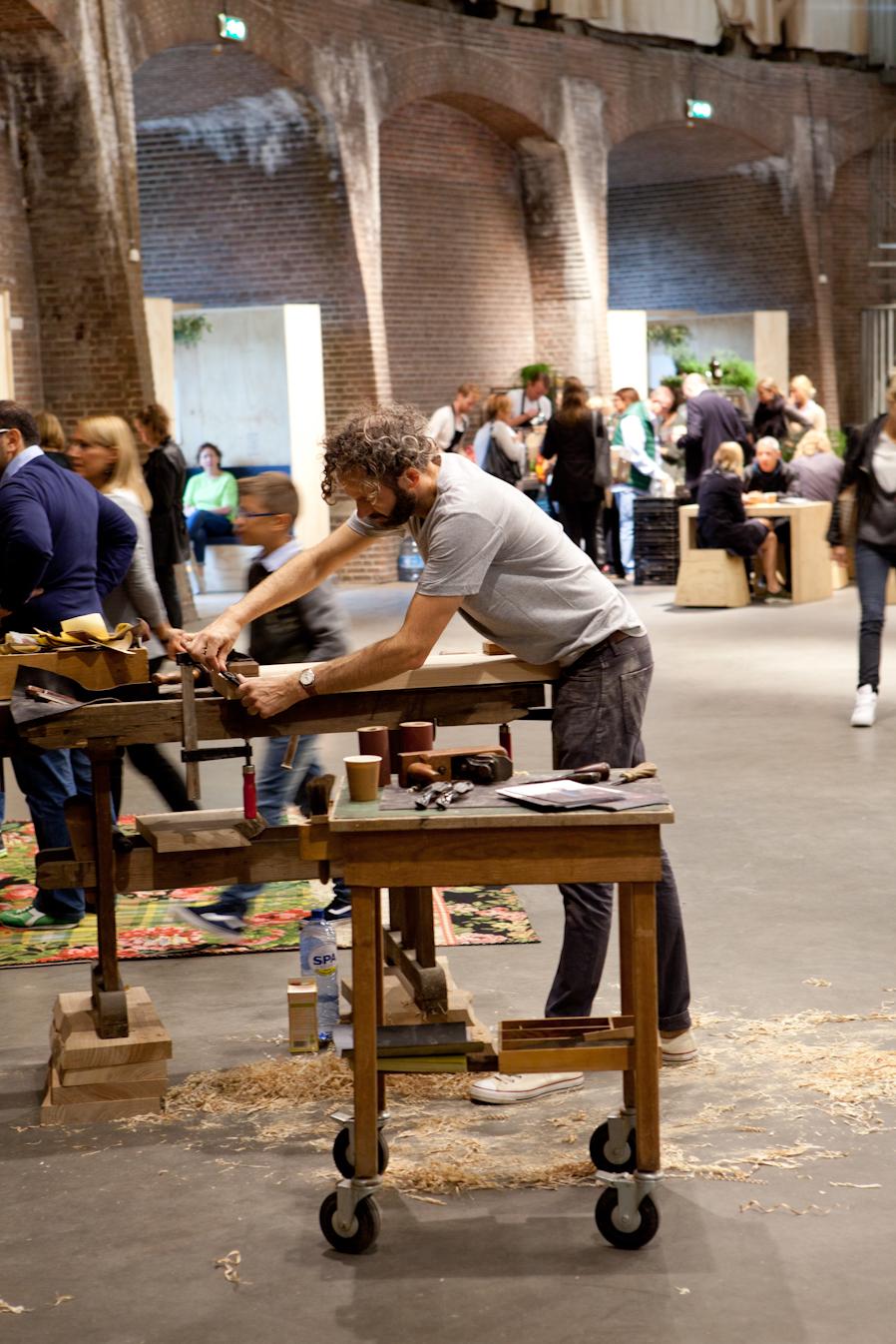 Morten Høeg-Larsen van Sløjd nam zijn werkplaats mee naar showUP en ging schaven en schuren én vertellen over zijn bijzondere snijplanken.