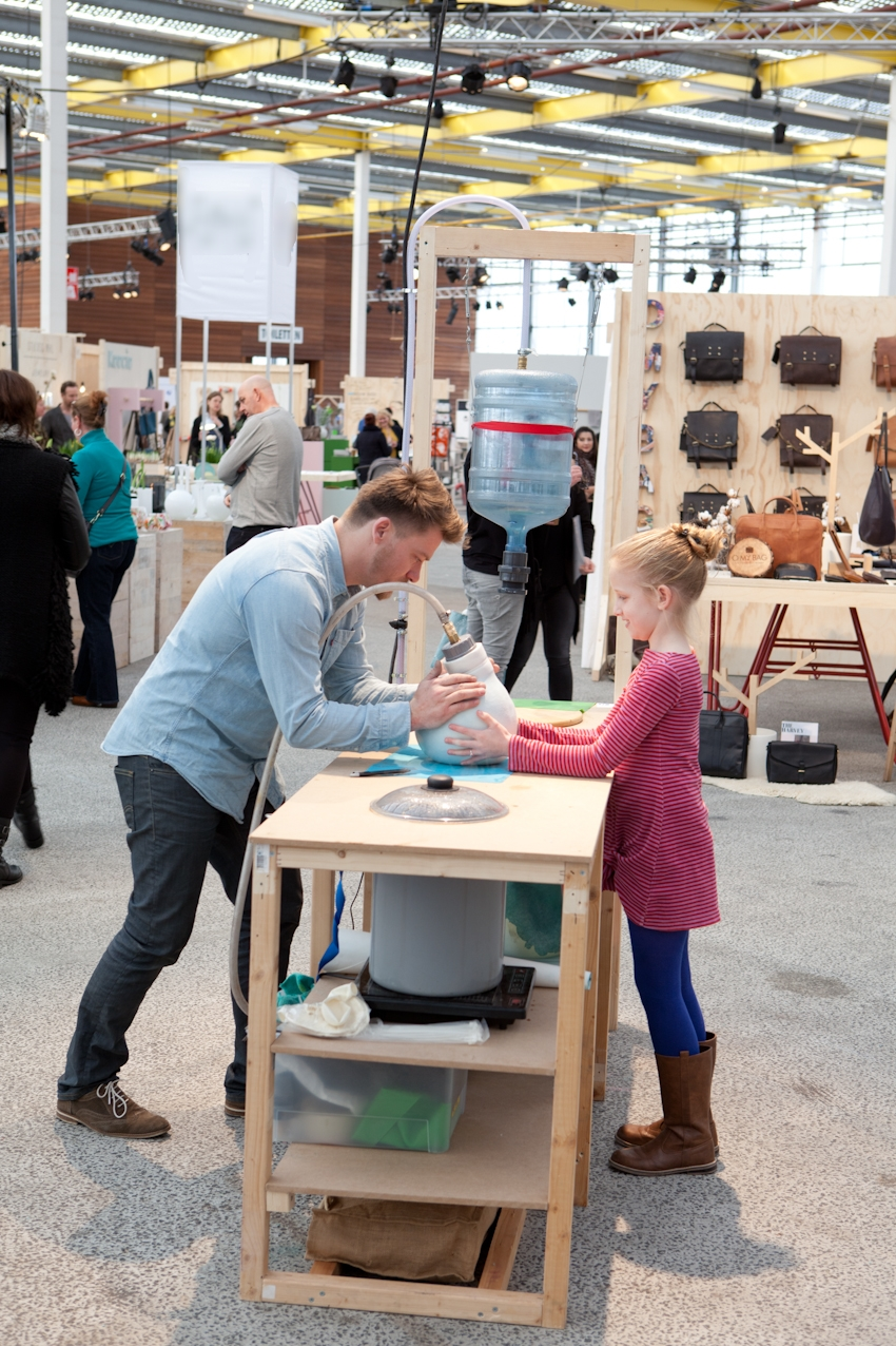 Het Make&Mold-project van Handmade Industrials levert unieke organische objecten op, gemaakt van afbreekbaar plastic.