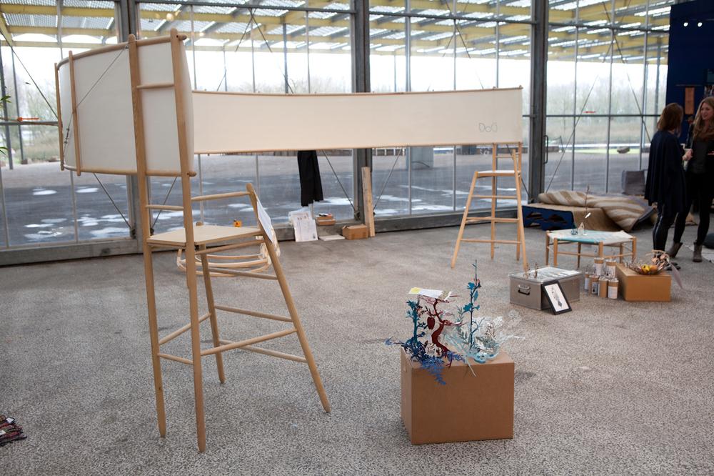 """Fluisterstoelen van Studio Dag: """"Fluisteren en luisteren'.Een papieren muur leidt de woorden van stoel naar stoel."""