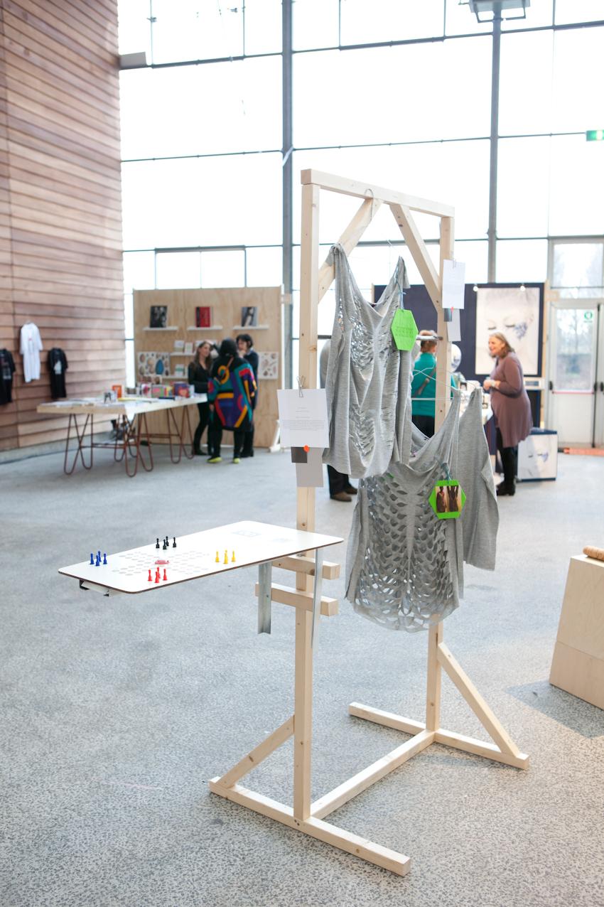 Studenten van de WdKAbogen zich voor hun van Arts & Crafts-opleiding over het fenomeen 3D-printen en lasersnijden.
