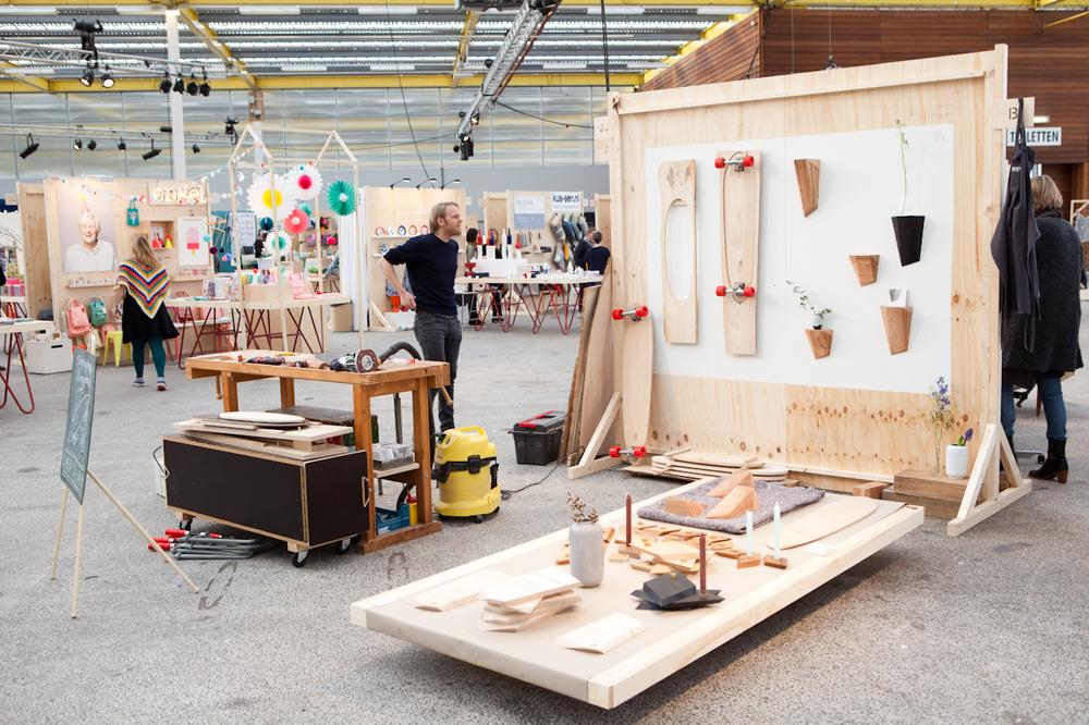 Hollands Hout staat aande basis van het werk vanontwerper Ruben van der Scheer. Dat resulteertin fraaie plankjes, consoles, en..... longboards. Je ziet hem aan het werk op showUP