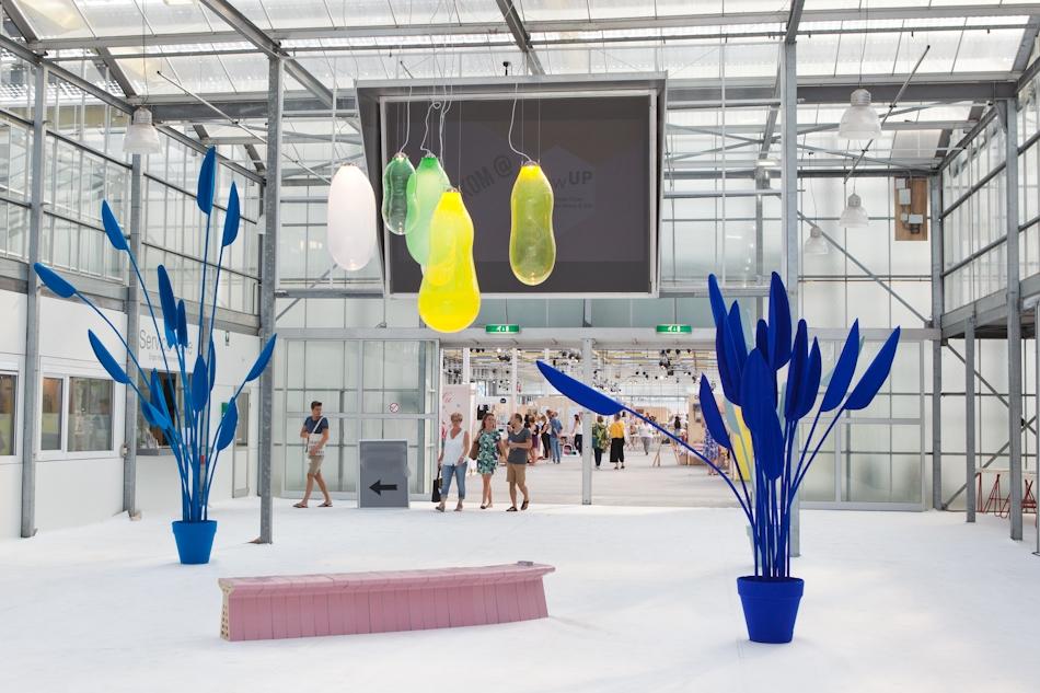 In de entree een fraai opstelling met objecten van Wandschappen, lampen van Alex de Witte en de roze bank van Label Breed.