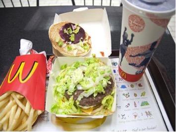 Kde: Nový Zéland Čo je v jedle:Napočudovanie, KiwiBurger neobsahuje žiadne kiwi. Tento burger pozostáva z hovädzieho mäsa, vajca, cvikle, paradajky, šalátu, syra, cibule, kečupu a horčice.