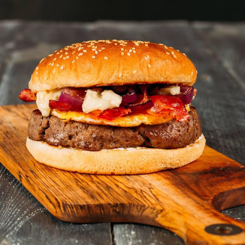 Špeciál burger na september bol v silnom zložení - hovädzie mäso, omeleta, chrumkavá slanina, grilovaná cibuľa a gorgonzola.