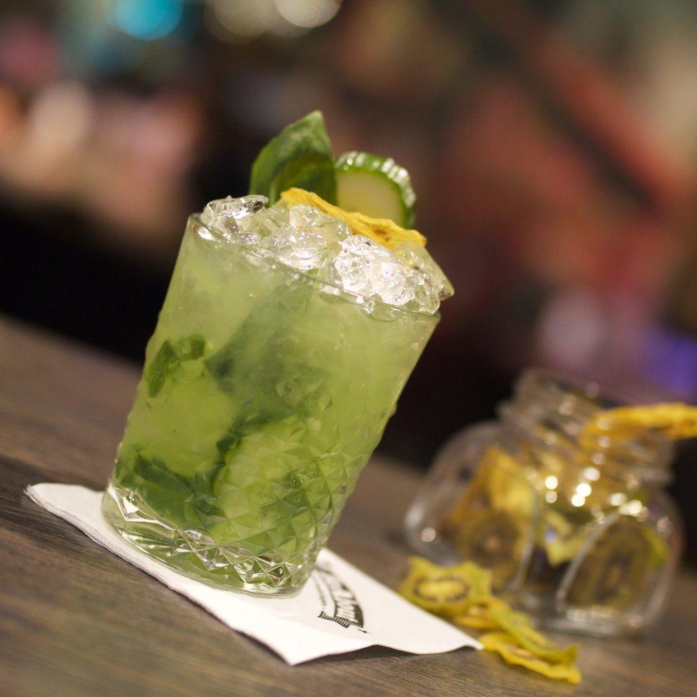 Kiwi Cucu -zložený z vodky, jablkovej vodky, kiwi pyré, uhorky a bazalky.