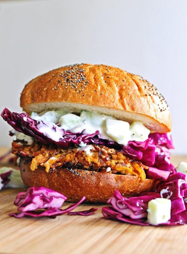 Zdroj: Pinterest/buzzfeed -Mrkvovo-Tahini-Quinoa Burger s Tzatziki