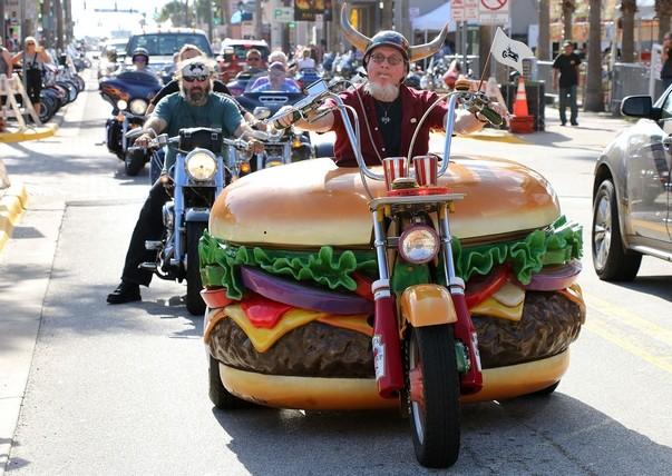 Medzi všetkými burger artefaktmi, ktoré sa nachádzajú v jeho zbierke, je snáď najznámejšia Hamburger motorka Harley-Davison.