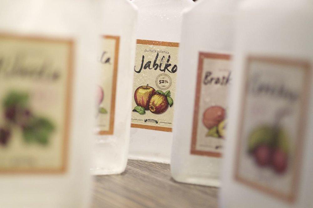 Jablkovica predstavuje číry destilát charakteristickej nie však príliš výraznej vône.