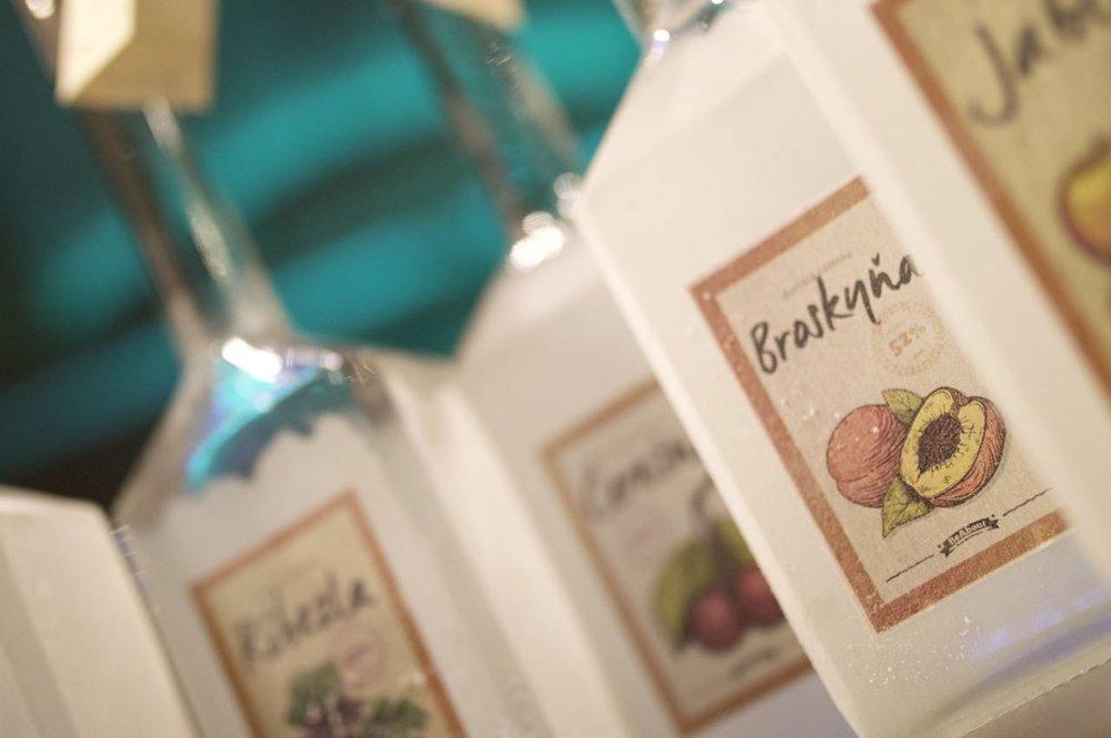 Vôňa zrelej broskyne spojená s luxusnou chuťou orechov a medu.