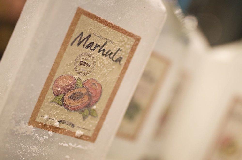 Marhuľovica má jemnú a lahodnú vôňu s čistou chuťou a jemne mandľovou dochuťou.