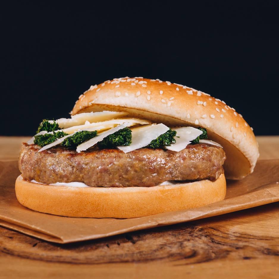 Jahňací burger so syrom Pecorino Romano, mätovým relishom a mätovou Ranch omáčkou
