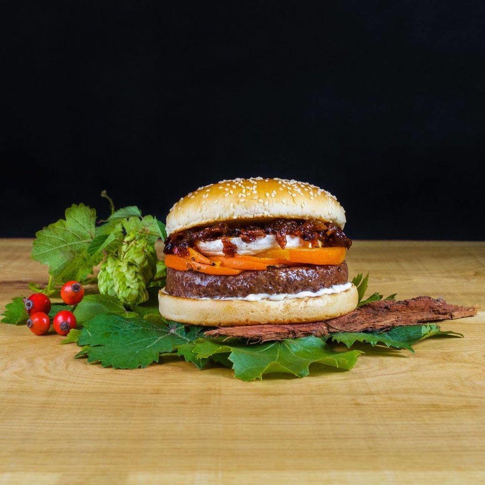 Hovädzí burger s grilovaným hokkaidom, enciánom a slivkovo-slaninovým džemom. Podávanés našou BBQ omáčkou.
