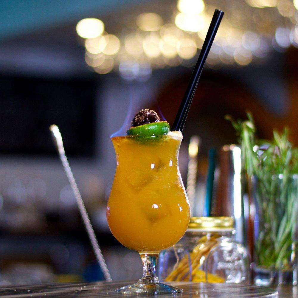 Jeden z najobľúbenejších BeAbout kokteilov na bare. Zombie sa skladá z bieleho rumu, tmavého rumu, Apricot Brandy, Cointreau, limetovej a citrónovej šťavy spolu s ananásovým a pomarančovým džúsom.