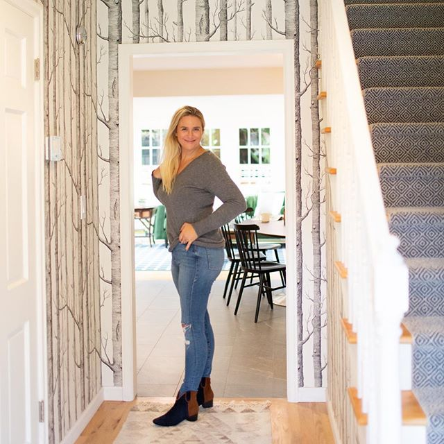 Can't wait to show you all this kitchen remodel, entry way and dining room update🙌🏻 #amycarnahandesign @rejuvenation @cole_and_son_wallpapers @shawfloors