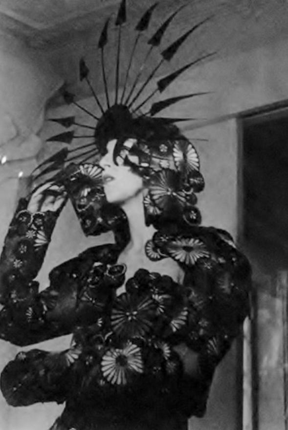 deshistoiresdemode :       ★ ★ ★  Isabella Blow wearing Philip Treacy &  Alexander McQueen (2001).