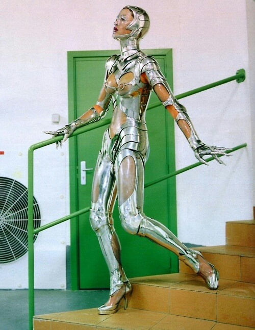 silte: Unknown model seen in the Machine Age editorial for Vogue US, featuring pieces from the Thierry Mugler Fall 1995 collection, photographed by Helmut Newton