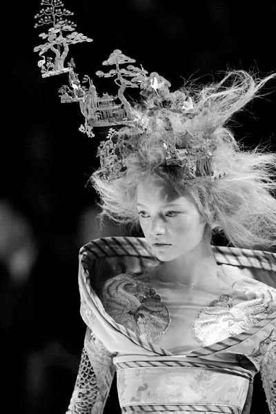 themanyshadesofblack :      Gemma Ward at the Alexander McQueen Spring/Summer 2005 show