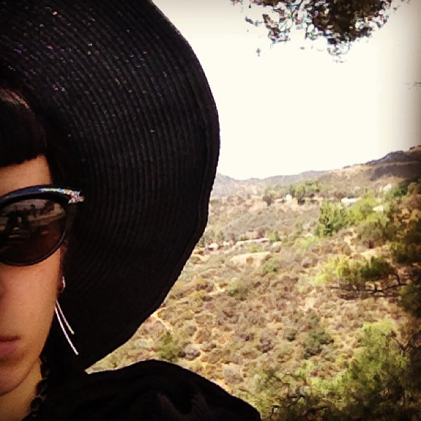 My day look with vintage Thierry Mugler sunglasses and the mountains in the background. #Mugler #vintage #la #observatory #hat #sunhat