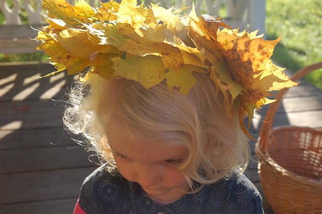 Golden maple crown for Frida Viola.