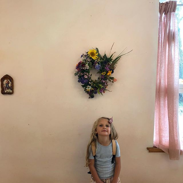 First day in preschool ❤️She was so proud and happy (and so am I). All the children in her class brought a little bouquet of August flowers and their teacher made this beautiful wreath with all the flowers to hang in the classroom throughout the school year 🙏🏻 #waldorfpreschool #waldorfschool #mollymymolly #rudolfsteinerskoleniskanderborg