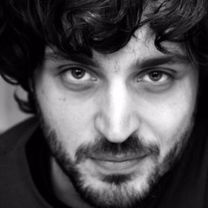 - Arthur Kneepkens (1981) is regisseur en performer.Nadat hij in 2015 afstudeerde aan de Toneelacademie Maastricht werkte hij zowel als regie-assistent maar maakte hij ook eigen voorstellingen bij o.a. Het Zuidelijk Toneel, Likeminds en de Theaterstraat.Op de speelvloer werkte hij onder meer als performer voor Le Nu Perdu (2006 - 2014), als acteur voor Theaterbedrijf Nanna Tieman (2013 - 2015), en als host van Theaterstraat-programma's als Echte Mensen (2015 - ...) en zijn eigen talkshow De Wereld Draait Noord (2014 - ...). Arthur is in de Bühnenbiest productie Amsterdam, stad uit mijn verhalen te zien.