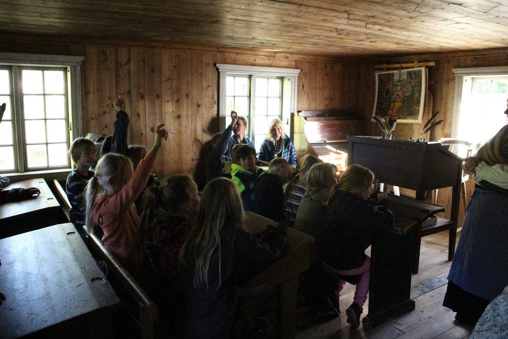 Besøk i den gamle skolestua på Land Museum