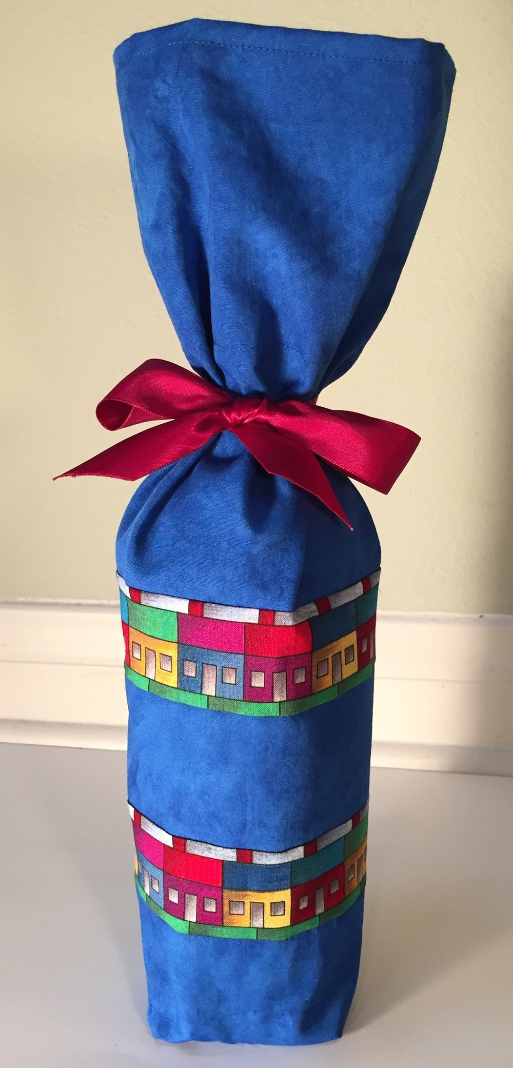 - I made my wine bottle gift bag using a tutorial I found on YouTube by Canadian quilter Brandy Lynn Maslowski.  It took less than 1/4 yard of fabric and 20