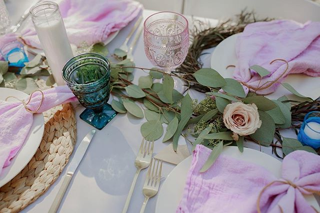 one more because this palette of pink, purple, blue + gray has us swooning. // 📸 @amandavanvelsphotography #sittinginatreewedding