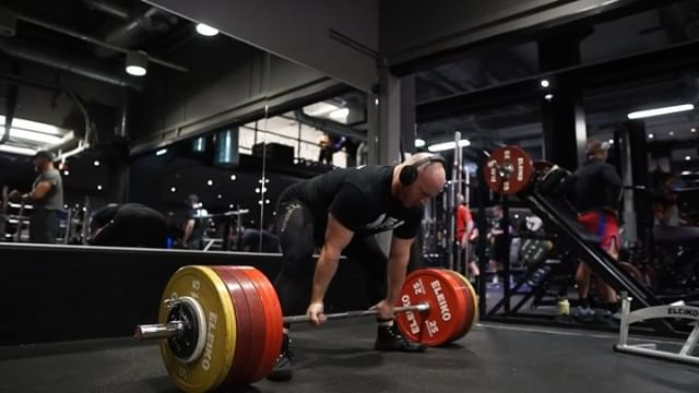 Fantastic workout to begin the training after deload, and back into high reps 😋 deadlift single at ~700, this robocop/terminator leg press for 12's, close grip bench for 12's, and some elevated pendlay rows. I prefer the elevated and snatch grip version of these, personally. We trained with @ae.power, @matildavilmar and their crew and we'll meet up again for more tonight ☺️