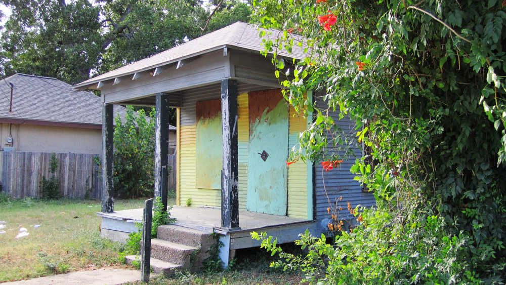 A vacant shotgun house retains some of Tenth Street's history