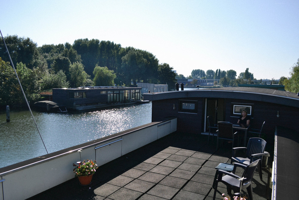 The terrace on the roof is for every guest. It gives an excellent view on the canal and the green park and trees. Here you can smoke, have breakfast or a nice evening. The terrace in front of the ark is also open for guests all day.
