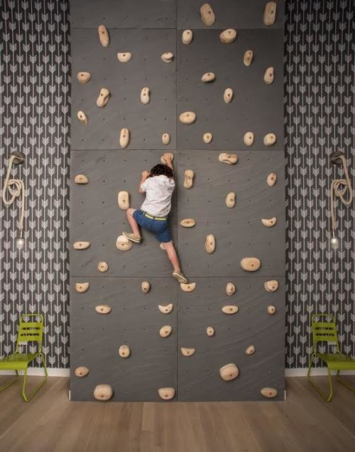 Mur d'escalade dans la chambre d'enfant