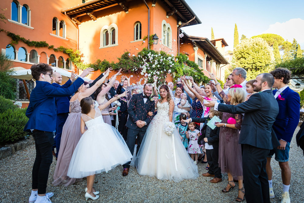 confetti photo at villa le fontanelle in florence