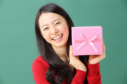 Unlike in Japan, both males and females exchange Valentine's cards and gifts in the U.S.