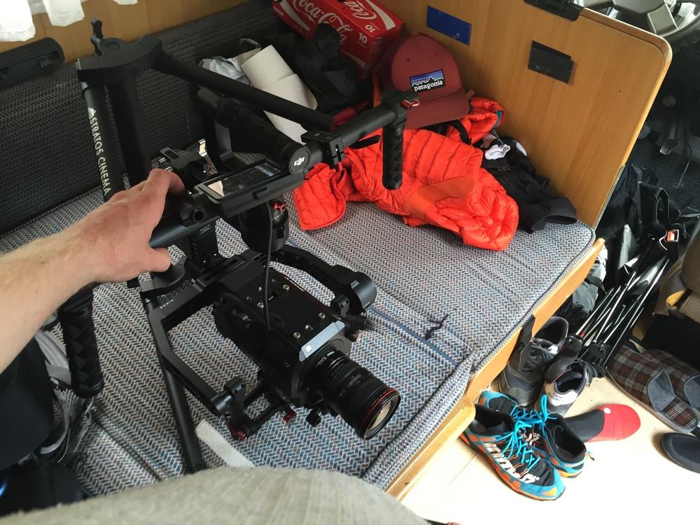 Sony FS7 inställd på 150 fps. Monterad på en DJIRonin. Metabones speedboster, Canon EF 17-40 f4 balanserad och klar i husbilen.