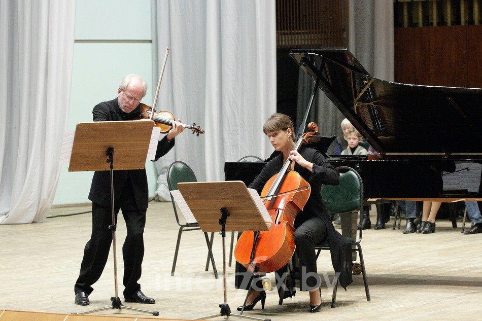 Gidon Kremer and c  ellist Giedre Dirvanauskaite perform in Minsk. Courtesy of   Victoria Polevá.