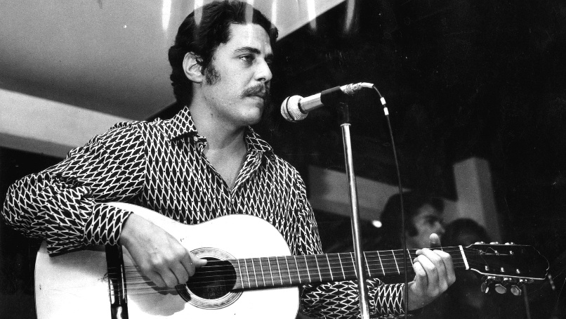 Chico Buarque, 27, with a mustache and guitar in 1971.