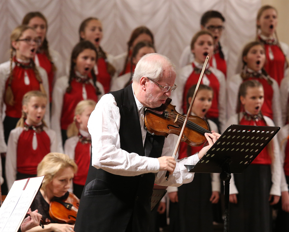 "Gidon Kremer performing   ""  Dedication to the Ukrainian People  ""   with the Kiev Chamber Orchestra and the Shchedryk Children's Choir at Philharmonic Hall in Kiev, Ukraine, on November 17, 2014."