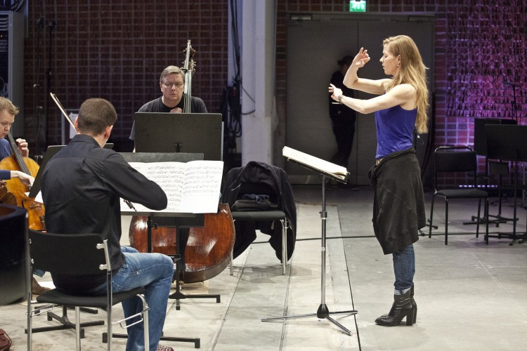 Barbara Hannigan conducting the Avanti! Chamber Orchestra(image credit: Heikki Tuuli)