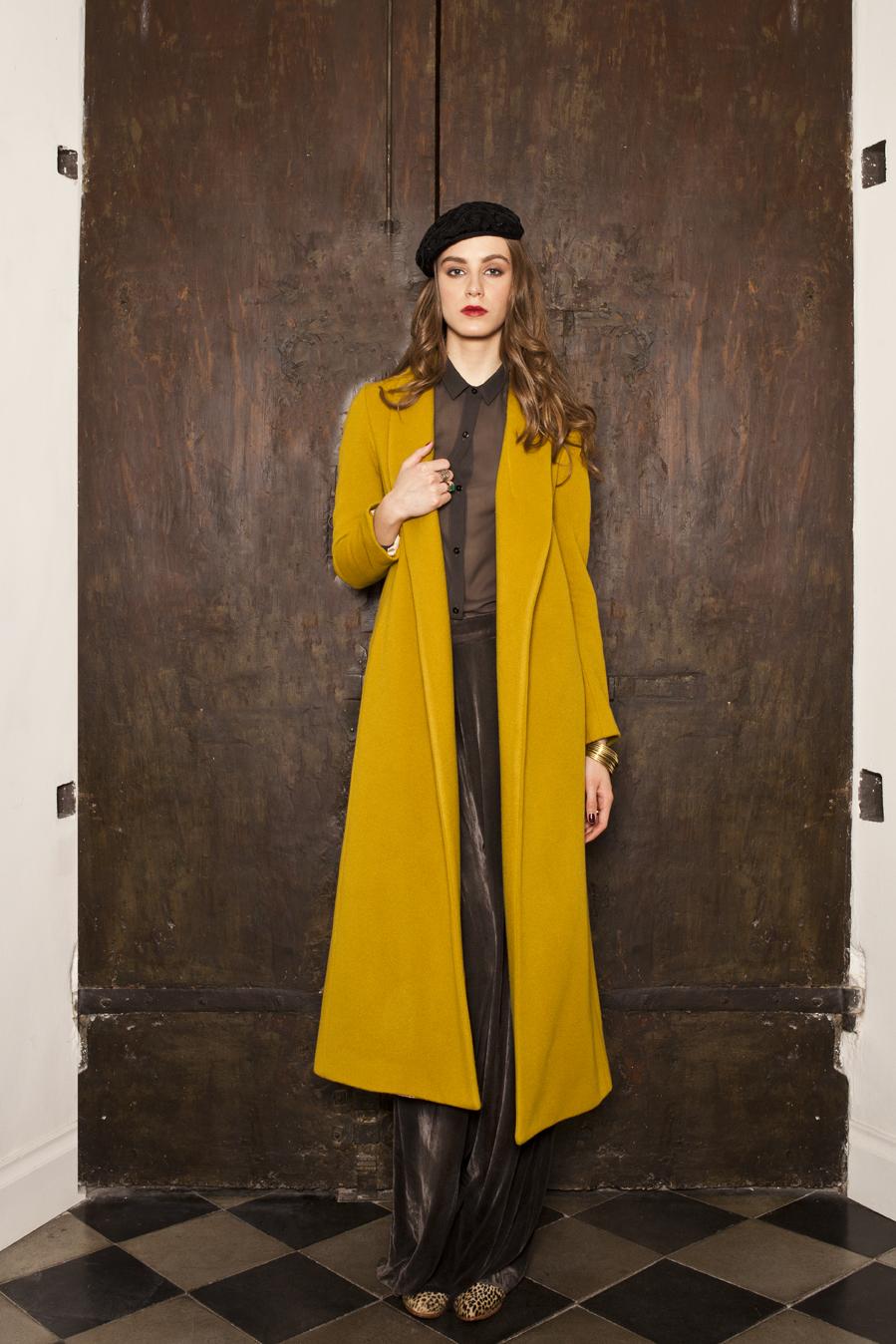 La jolie fille cappotto giallo.jpg